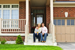 Gelukkige familie thuis Stock Afbeelding