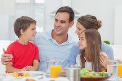 Gelukkige familie tijdens het diner royalty-vrije stock foto's