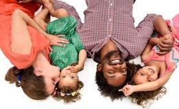 Gelukkige familie tussen verschillende rassen die op wit wordt geïsoleerd Stock Afbeelding