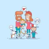 Gelukkige Familie Vader, moeder en twee kinderenzoon die pret hebben en in aard spelen het kind zit op de schouders van zijn vade Royalty-vrije Stock Foto