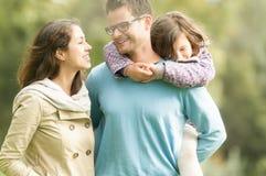 Gelukkige familie van drie die pret hebben openlucht. Royalty-vrije Stock Afbeeldingen