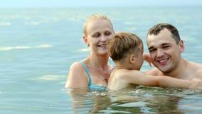 Gelukkige familie van drie in het overzees stock video