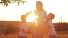 Gelukkige familie van drie mensen Kinderen die in openlucht met hun ouders spelen stock video
