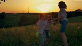 Gelukkige familie van drie mensen Kinderen die in openlucht met hun ouders spelen stock videobeelden