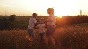 Gelukkige familie van drie mensen Kinderen die in openlucht met hun ouders spelen stock footage