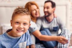 Gelukkige familie van drie thuis stock foto's