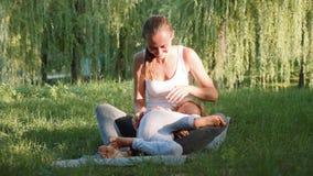 Gelukkige familie van jonge sportieve moeder en weinig leuke dochter die pret hebben in openlucht stock video