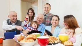 Gelukkige familie van meerdere generaties met elektronische apparaten Royalty-vrije Stock Foto's