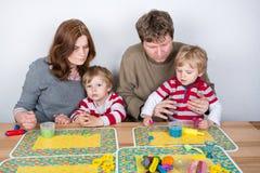 Gelukkige familie van vier die pret hebben thuis Stock Foto