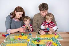 Gelukkige familie van vier die pret hebben thuis Stock Foto's