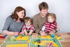 Gelukkige familie van vier die pret hebben thuis Stock Afbeeldingen