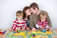 Gelukkige familie van vier die pret hebben thuis Royalty-vrije Stock Afbeelding