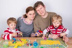 Gelukkige familie van vier die pret hebben thuis Royalty-vrije Stock Foto's