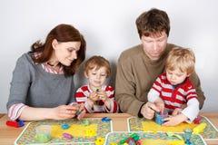 Gelukkige familie van vier die pret hebben thuis Royalty-vrije Stock Afbeeldingen