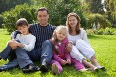 Gelukkige familie van vier personen in openlucht Stock Afbeeldingen