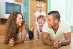 Gelukkige familie van vier thuis Royalty-vrije Stock Fotografie