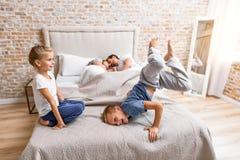 Gelukkige familie van vier thuis royalty-vrije stock foto