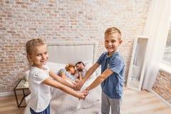 Gelukkige familie van vier thuis stock foto's