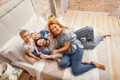 Gelukkige familie van vier thuis stock afbeeldingen