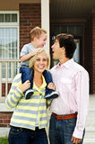 Gelukkige familie voor huis Royalty-vrije Stock Afbeelding