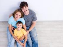 Gelukkige familie wih weinig jongen - hoog-hoek Stock Afbeeldingen
