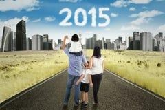 Gelukkige familiegang op de weg aan toekomst stock foto