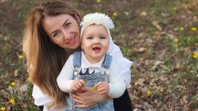 Gelukkige familiegangen in de de lenteweide royalty-vrije stock foto