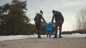 Gelukkige familiegangen in de winter bosouderschap, seizoen en mensenconcept stock video