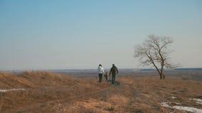 Gelukkige familiegangen in de winter bosouderschap, seizoen en mensenconcept stock videobeelden