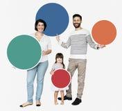 Gelukkige familieholding om kleurrijke raad royalty-vrije stock afbeeldingen