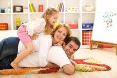 Gelukkige familiehoop - ouders en een jong geitje dat pret heeft stock afbeeldingen