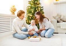 Gelukkige familiemoeder en baby in Kerstmisochtend in Christm Royalty-vrije Stock Foto's