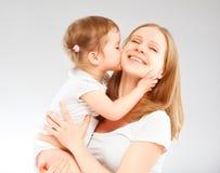 Gelukkige familiemoeder en en babydochter die koesteren kussen Stock Afbeelding