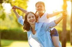 Gelukkige familiemoeder en kinddochter in aard in de zomer stock foto's