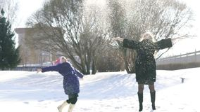 Gelukkige familiemoeder en kinddochter die pret hebben, die bij de wintergang in openlucht spelen stock videobeelden