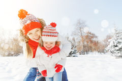 Gelukkige familiemoeder en kinddochter die pret hebben, die bij wi spelen Stock Foto