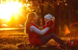Gelukkige familiemoeder en peuter in openlucht in park Stock Afbeelding