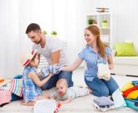 Gelukkige familiemoeder, vader en twee kinderen ingepakte koffers FO Royalty-vrije Stock Afbeeldingen