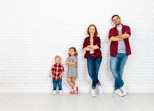 Gelukkige familiemoeder, vader, zoon, dochter op een witte blinde muur stock afbeelding