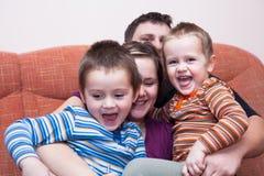 Gelukkige familiepret thuis Stock Afbeeldingen