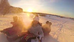 Gelukkige familieritten en het glimlachen snowtube op sneeuwwegen Langzame Motie Het landschap van de sneeuwwinter In openlucht S stock video