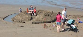 Gelukkige families op het strand Brede Toevluchtsoord Augustus 2018 stock afbeelding