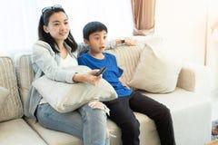 Gelukkige familietijd Moeder en zoons het ontspannen in woonkamer stock afbeelding