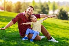 Gelukkige familievader en kindzoon in de zomer royalty-vrije stock fotografie