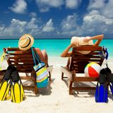 Gelukkige familievakantie bij Paradijs Het paar ontspant royalty-vrije stock afbeelding