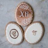 Gelukkige familievakantie, de koekjes van peperkoekpasen in vormeieren in retro stijl Feestelijke koekjes op grijze achtergrond S royalty-vrije stock afbeelding