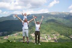 Gelukkige familievakantie De ouders en de zoon bewonderen meningen van de vallei stock afbeeldingen