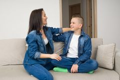 Gelukkige familiezitting op bank en thuis het gebruiken van digitale tablet Royalty-vrije Stock Foto