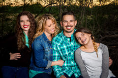 Gelukkige familiezitting samen Royalty-vrije Stock Foto's