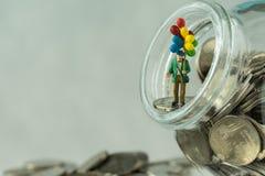 Gelukkige financiële pensionering of bedrijfsconcept met miniatuurf Royalty-vrije Stock Foto's